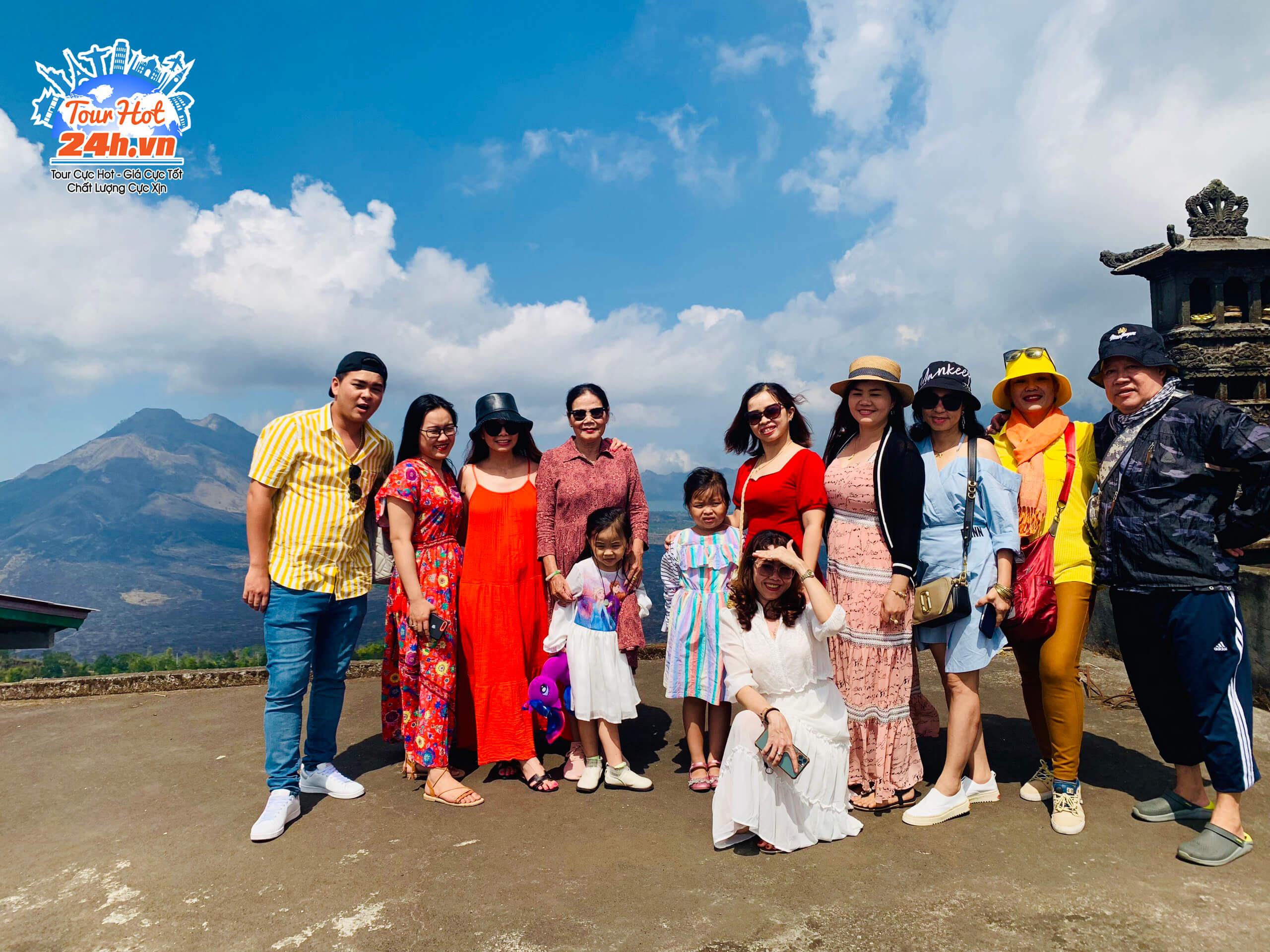 Hình đoàn khách tham gia tour Bali 5 sao chụp hình bên núi Batur