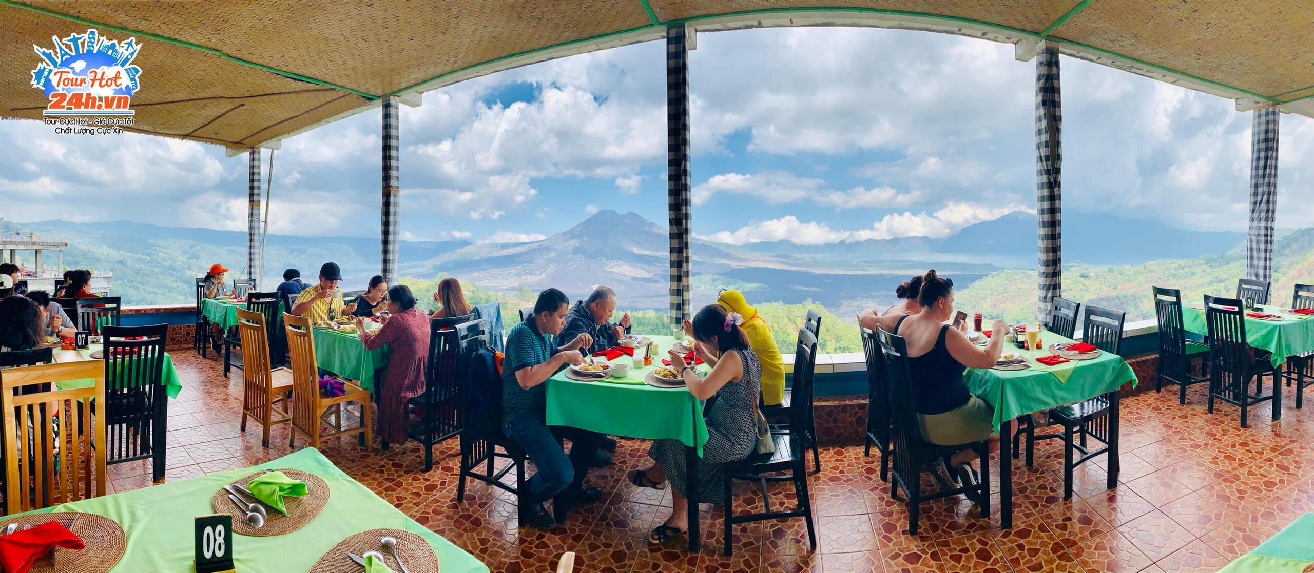 Đoàn tour du lịch Bali vừa ăn vừa ngắm cảnh núi cực lãng mạn ở Bali