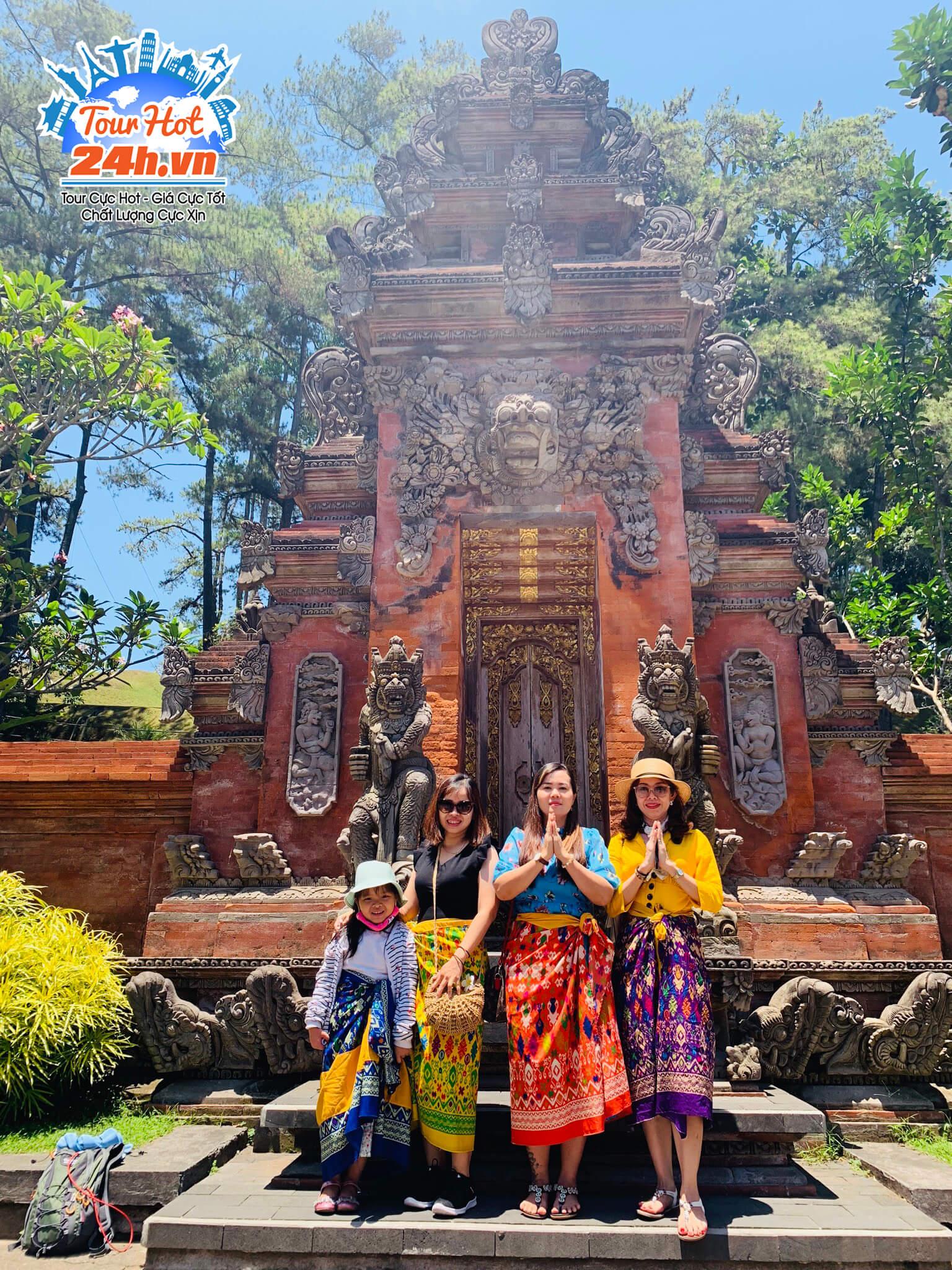 Khách hàng tour Bali bay thẳng từ HCM chụp hình bên đền nổi tiếng ở Bali