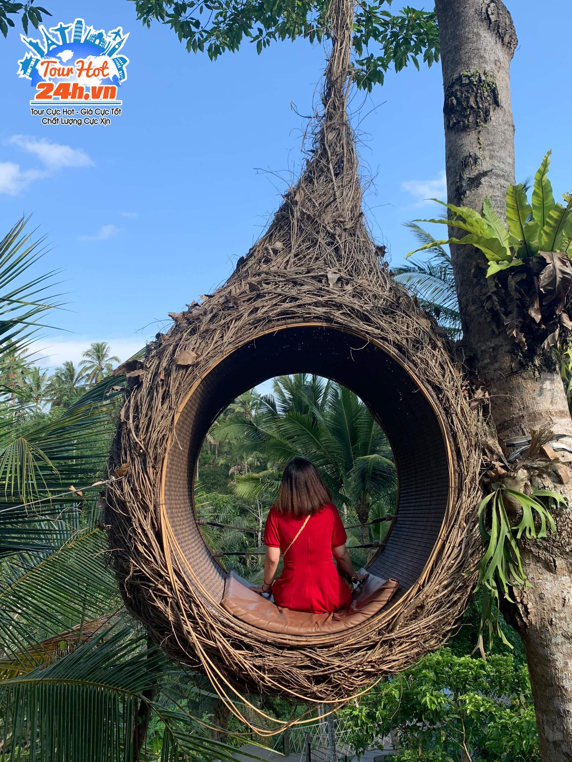 Khách tham quan làng nổi tiếng ở Bali chụp hình bên tổ chim