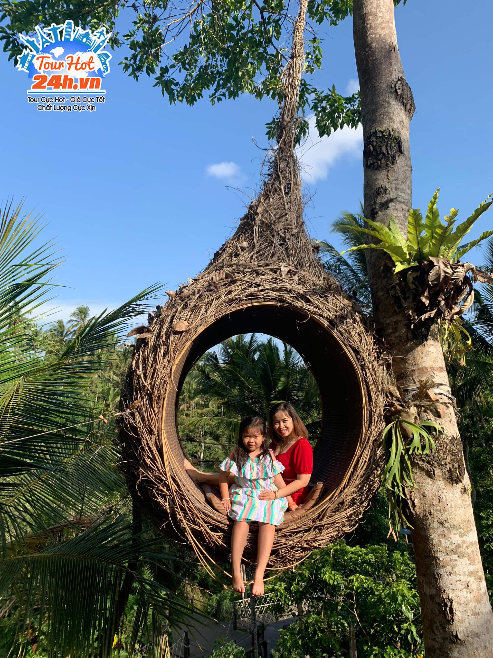 Gia đình tham gia tour Bali chụp hình bên tổ chim ở Bali