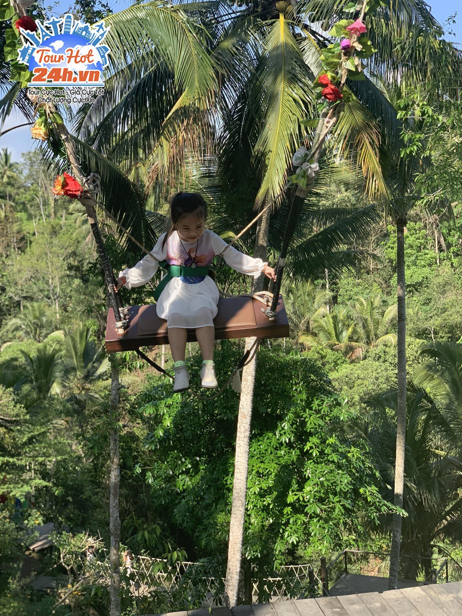 Em bé tham gia tour Bali 4 ngày 3 đêm chơi đu quay Bali